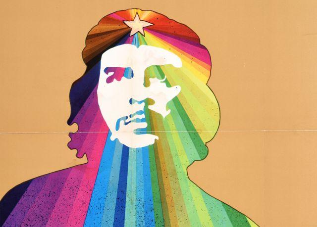"""Une affiche Ospaaal intitulée """"Che Guevara, 1969"""", montrant son visage sur un motif arc-en-ciel."""