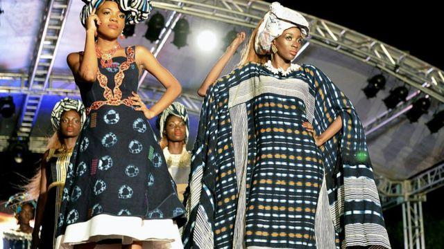Masu nuna kayan zayyana sanye da kayan da Momotche dan kasar Ivory Coast ya kirkiro a palais de la culture da ke Abidjan a ranar 11 ga watan Maris na 2016