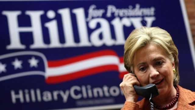 Hillary al teléfono