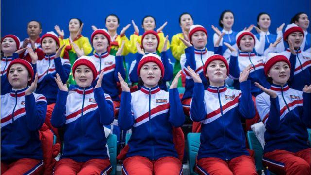 日本対コリアの試合を応援する北朝鮮のチアリーダー