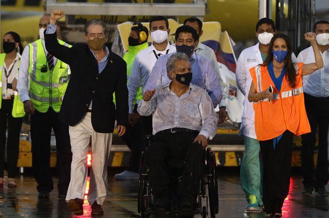 Presidente Lenín Moreno (centro) e ministro da Saúde, Juan Carlos Zevallos, recebem as primeiras doses da vacina Pfizer/BioNTech no aeroporto de Quito em 21 de janeiro