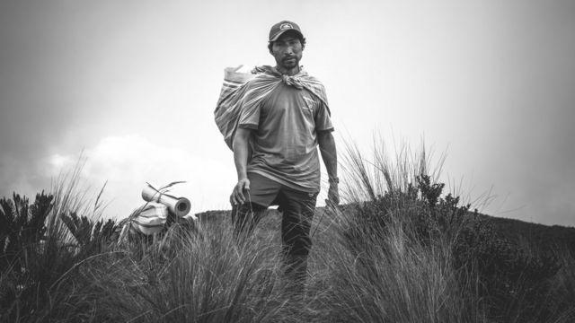 Integrante de la expedición durante la travesía de la selva