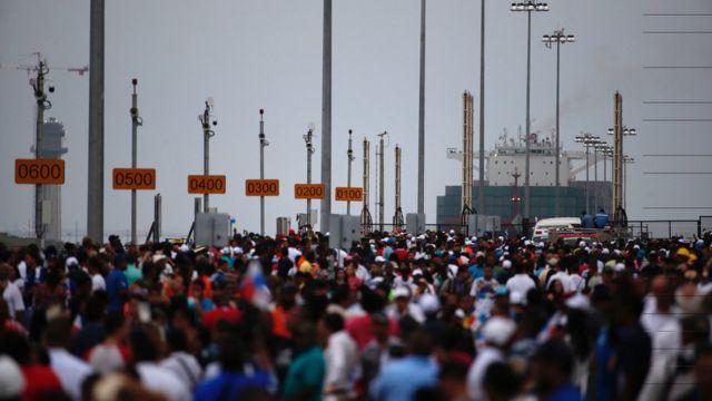 最初の船の通過を見ようと大勢の人が集まった(26日、パナマ)