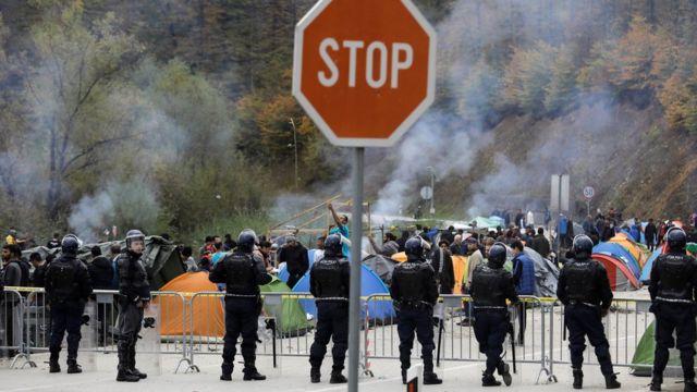 گروهی مهاجران در تلاش برای رسیدن به غرب اروپا در مرز بوسنی - کرواسی