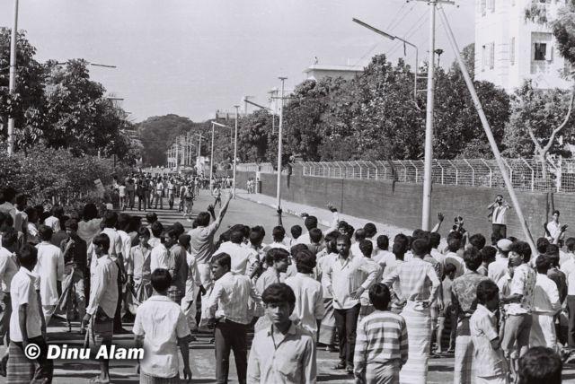 ঢাকায় সচিবালয়ের পাশের রাস্তায় পুলিশের মুখোমুখি বিক্ষোভকারীরা