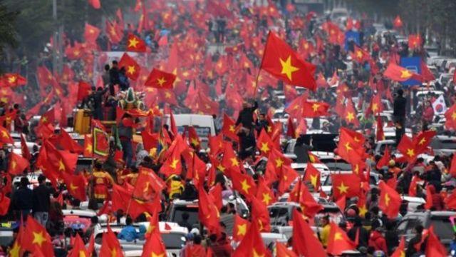 Người dân ăn mừng chiến thắng lớn nhất của bóng đá Việt Nam