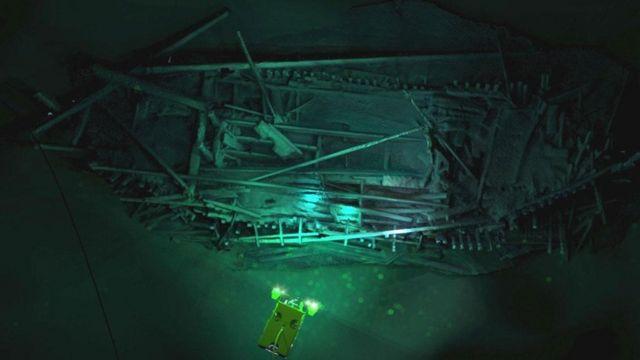 Veículo sumarino se aproxima de naufrágio
