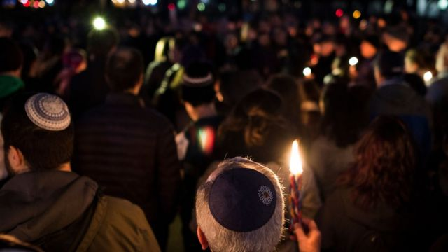 Durante a noite, houve uma vigília interreligiosa na frente da sinagoga