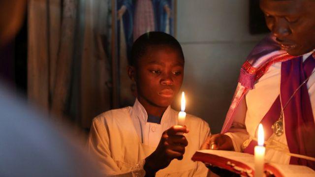 Masu ibada na yin addu'oi a ranar Easter a cocin Maria African Mission da ke unguwar marasa galihu ta Kibera a Nairobi da ke Kenya, a ranar 1 ga watan Afrilu, 2018.