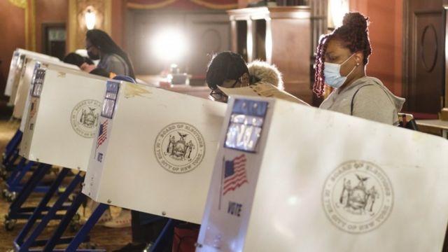 Votantes en una estación para votar en la ciudad de Nueva York.
