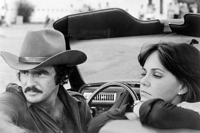 """Reynolds con la actriz Sally Field durante la filmación de """"Dos pícaros con suerte""""."""