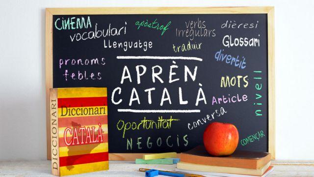 Pizarra con palabras en catalán y diccionario catalán.