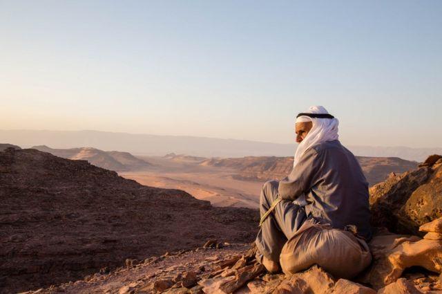 Starosedelac jednog pplemana u Sinajskoj gori gleda na pustinju