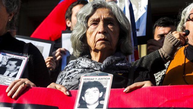 Manifestación contra la puesta en libertad de exagentes de Augusto Pinochet en Santiago de Chile