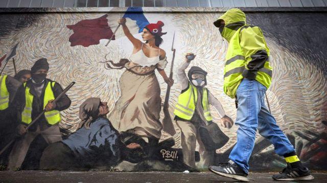 """Президент Макрон хотел укрепить капитализм во Франции. """"Желтые жилеты"""" его остановили"""