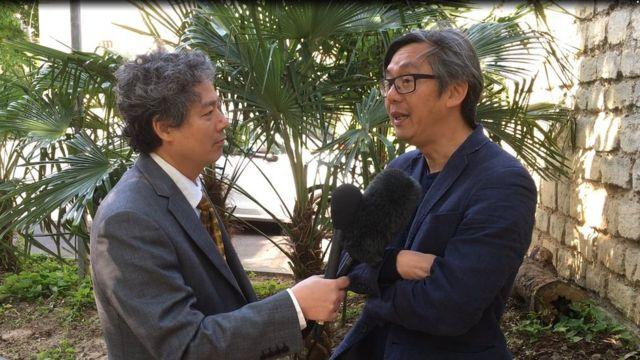 Nhà báo Võ Trung Dung (phải)