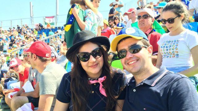 Cirurgiã mineira Maria Fernanda Portugal, de 26 anos, com o marido advogado