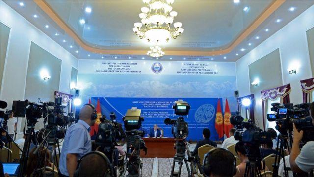 Алмазбек Атамбаев экономикалык маанилүү долбоорлордун дээрлик баарына токтолду