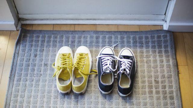 De Dónde Viene La Tradición De Quitarse Los Zapatos Antes De Entrar En Casa Y Qué Dice La Ciencia Sobre Ella Bbc News Mundo