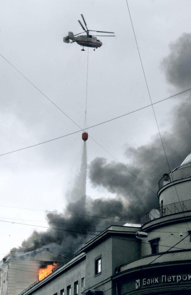 Ка-32 МЧС России тушит пожар в Москве в 2006 году