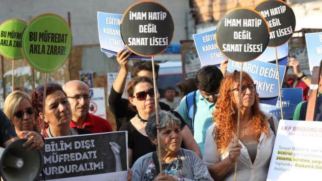 Cumartesi günü Ankara'da toplanan sendikacılar, eğitimciler ve veliler, müfredat değişikliğini protesto etti.