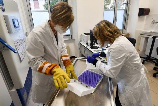 İtalya'da bir hastanede incelenen koronavirüs aşıları