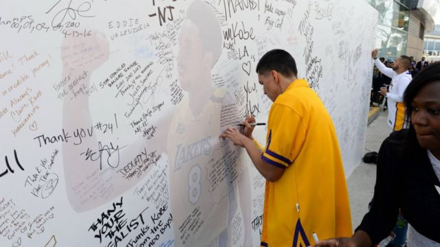 Abafana banditse ubutumwa busezera kuri Kobe Bryant ku rukutwa rwa sitade ya Staples Center i Los Angeles. ku ya 13/04/2016