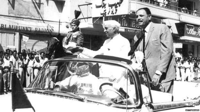 1960 ਵਿੱਚ ਸਿੰਧੂ ਜਲ ਸਮਝੌਤੇ 'ਤੇ ਦਸਤਾਖ਼ਤ ਕਰਨ ਵੇਲੇ ਪਾਕਿਸਤਾਨ ਦੇ ਰਾਸ਼ਟਰਪਤੀ ਆਯੂਬ ਖ਼ਾਨ ਨਾਲ ਕਰਾਚੀ ਵਿੱਚ ਭਾਰਤ ਦੇ ਪ੍ਰਧਾਨ ਮੰਤਰੀ ਜਵਾਹਰ ਲਾਲ ਨਹਿਰੂ
