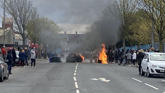 معترضان لاستیکها را در خیابان آتش زدند