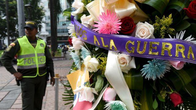 Coronas de flores colocadas este jueves en varios lugares de Colombia.