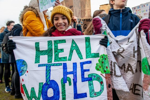 Jóvenes manifestándose contra el cambio climático