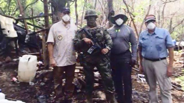 Funcionarios de EE.UU. con un soldado mexicano