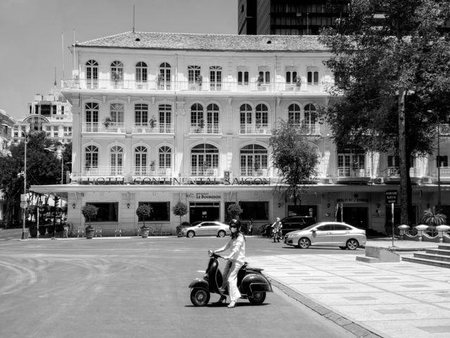 Khách sạn Continental cổ xưa nhất Việt Nam nằm trên đường Đồng Khởi, xây dựng 1878 theo lối kiến trúc giống như Toà Thị Chính Paris. Sau 1975 vẫn còn giữ nguyên tên cũ.