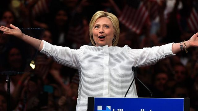 支援者の歓声に応えるクリントン氏(7日、ニューヨーク市ブルックリンで)