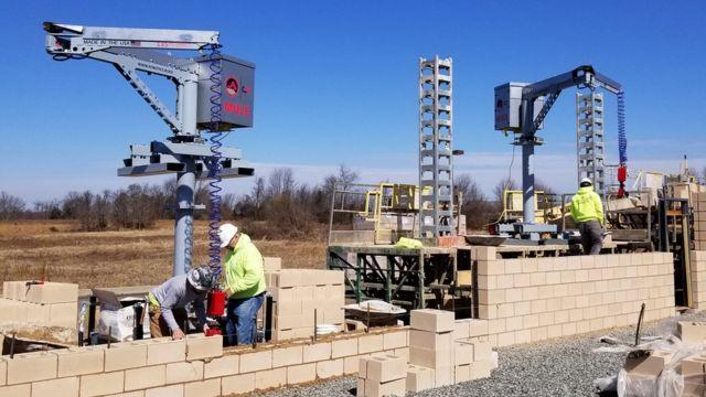 MULE (Material Unit Lift Enhancer) est un dispositif d'aide au levage conçu pour manipuler et placer des matériaux pesant jusqu'à 135 lbs sur un chantier de construction.