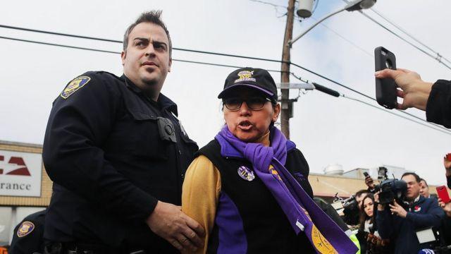 Mujer detenida por un agente de policía.