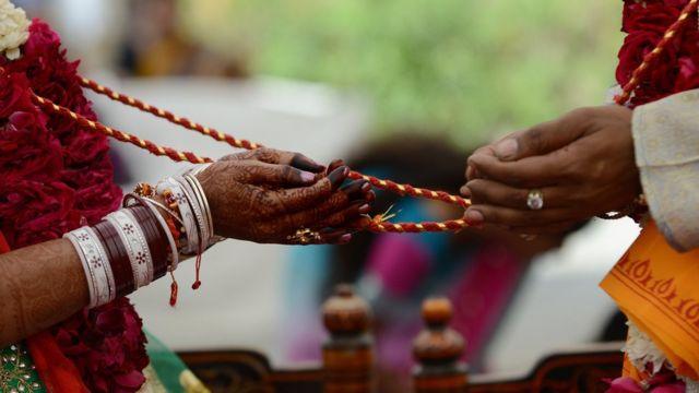 হিন্দু বিয়ের এক আচাররীতি পালনি করা হচ্ছে।