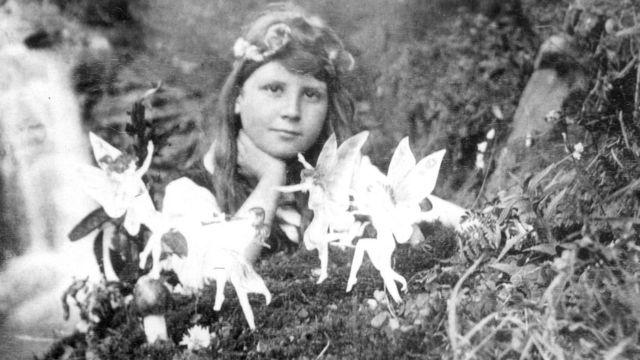 """Frances Griffiths con """"hadas"""" en una fotografía tomada en 1917 por su prima Elsie Wright."""