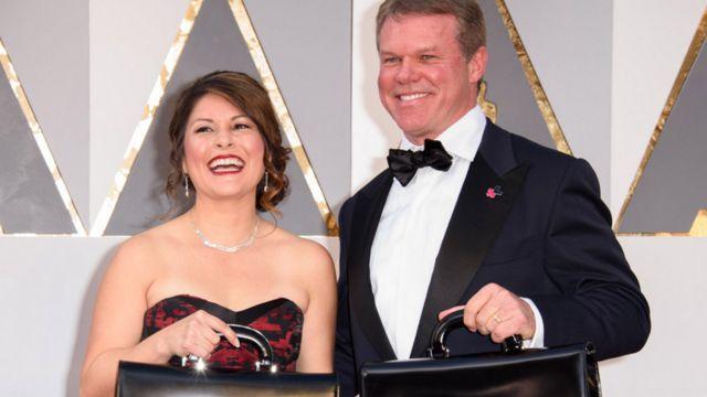 Martha Ruiz y Brian Cullinan en la alfombra roja.