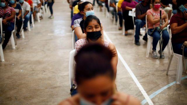 สตรีชาวเม็กซิกันนั่งพัก หลังได้รับการฉีดวัคซีนป้องกันโควิดของบริษัทไฟเซอร์