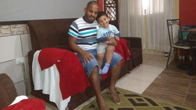 Edson Pereira da Silva com o filho de 3 anos