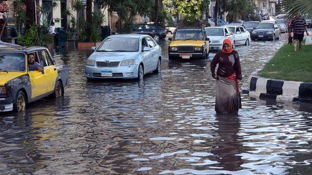 تجمع مياه السيول يتسبب في تعطل حركة السير