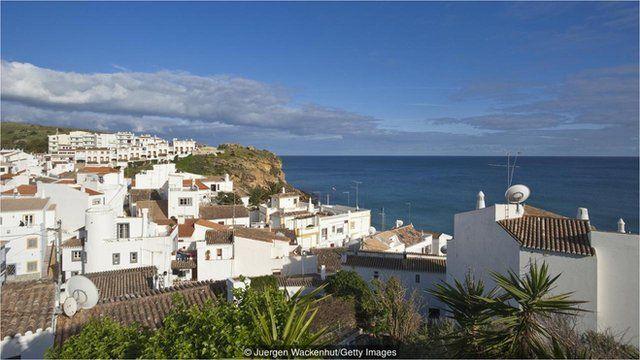 古怪的卡萨格兰德酒店坐落于葡萄牙布尔高的海滨小镇。