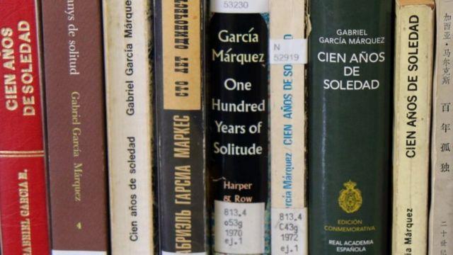 """Várias versões de """"Cem anos de solidão"""" empilhadas"""
