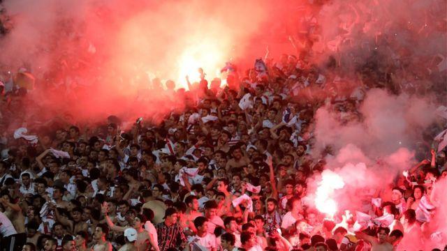 مشجعو الفريق يحتفلون