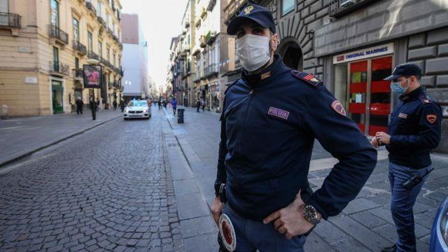 policía en Nápoles