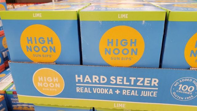 Cajas de hard seltzer en un supermercado.