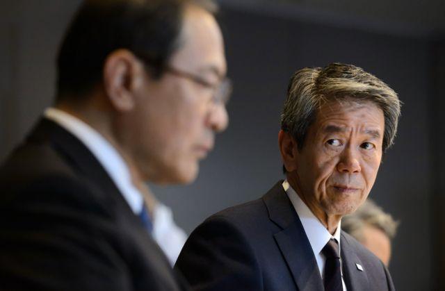 นายมาซาชิ มูโรมาจิ ประธานกรรมการและรักษาการกรรมการผู้จัดการบริษัทโตชิบา (ซ้าย) และนายฮิซาโอะ ทานากะ กรรมการผู้จัดการที่กำลังจะออกพ้นตำแหน่งและประธานาเจ้าหน้าที่บริหาร ลาออก หลังเกิดเรื่องอื้อฉาวตกแต่งบัญชีในปี 2015