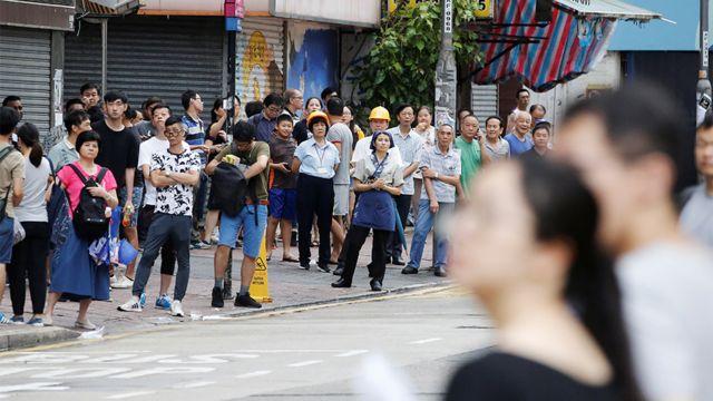 香港九龍紅磡「光復紅土」遊行期間紅磡商戶關門並聚集在路邊圍觀(17/8/2019)