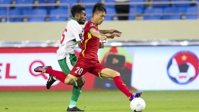 Đội tuyển Việt Nam (áo đỏ) đang có phong độ tốt và giữ vị trí đầu bảng G